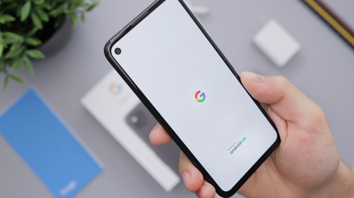 Mobilní telefon Google Pixel 4a z přední strany.