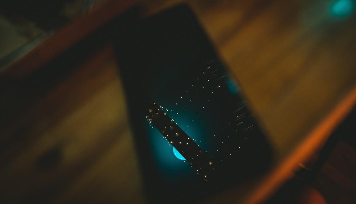 Mobilní telefon Huawei P40 Pro položený na stole.