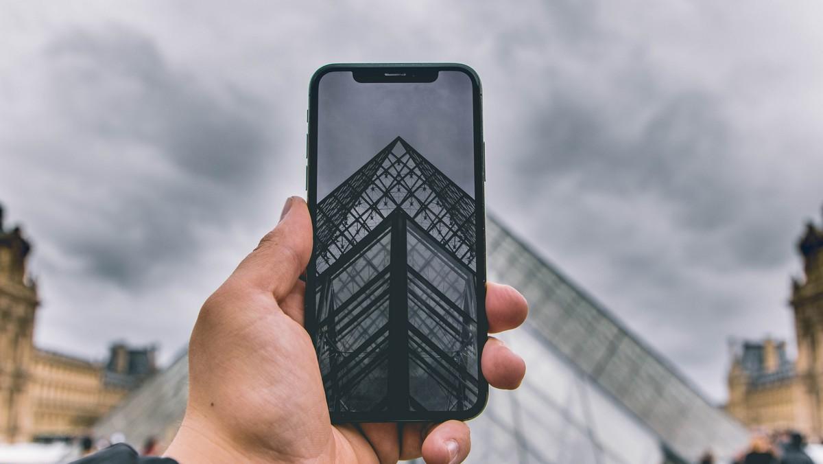 Mobilní telefon fungující s operátorem Tesco Mobile.