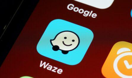 Aplikace Waze na mobilním telefonu iPhone.