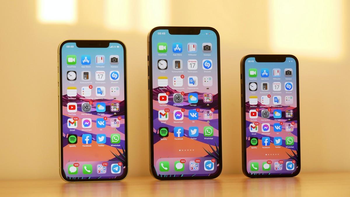 Mobilní telefon iPhone 12 představený ve třech variantách.
